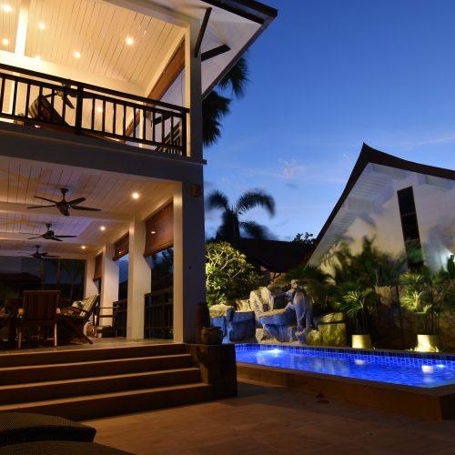 Villa de noche